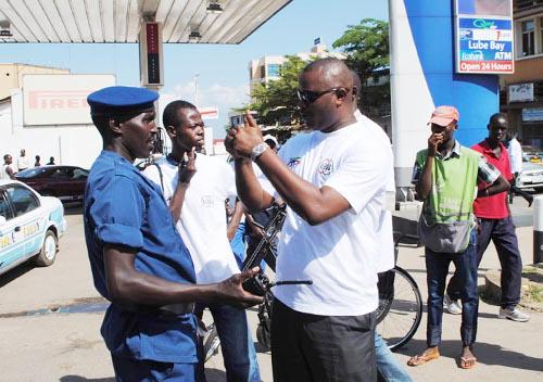 Vive discussion entre Alexandre Niyungeko et un chef des policiers venus interdire la marche ©Iwacu