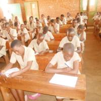 A l'école primaire Ngozi 1, les écoliers, concentrés, passent le concours national ©Iwacu