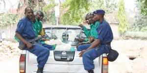 Des prisonniers en transfert montent dans un véhicule ©Iwacu