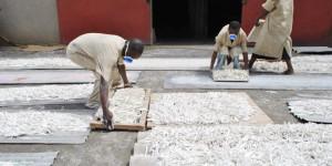 Devant l'usine de Chalk Chain Entreprise, les ouvriers étalent les craies pour être séchés
