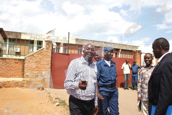 Tout sourire, M. Mbonimpa sort de l'interrogatoire accompagné de Gabriel Rufyiri et de Me Armel Niyongere