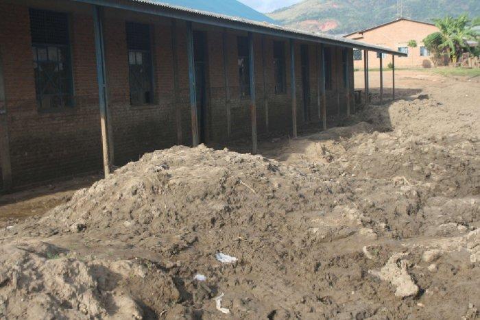 Trois mois après,  la boue est toujours là, aussi bien à l'intérieur qu'à l'extérieur des classes  ©Iwacu