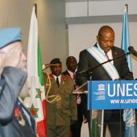 Jeudi, 05 juin 2014 – Le président du Burundi décoré du Cordon Bleu-Dignité de Grand-Croix commémorative de la Paix, au siège de l'Unesco [©BurundiPrésidence]