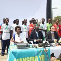 De gauche à droite : Annick Nsabimana, chargée de la communication au FNUAP, Ismaila Mbengue, représentant du FNUAP, Xavier Michon, directeur pays Pnud et Bachir Dia, consultant, et   l'équipe des anciens enfants de la rue.  ©Iwacu