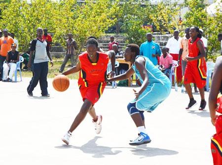 L'équipe de basketball de l'Université de Ngozi (maillot rouge) contre celle de l'Université du Lac Tanganyika, au terrain de l'ENS, lors de la finale ©Iwacu