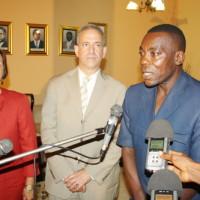 L'ambassadeur des Etats-Unis au Burundi, le sénateur Russel D. Feingold et Gabriel Ntisezerana répondant aux questions des journalistes ©Iwacu