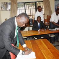 Pacifique Nininahazwe président du Focode, lors de la signature de la pétition ©Iwacu