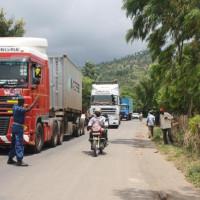 Un poids lourd en provenance de la Tanzanie au niveau de Kamesa sur la RN7, à plus ou moins 3 km du sud de la capitale ©Iwacu