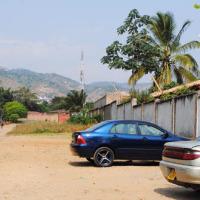 A droite, le restaurant Empire, à l'avenue Gitega no4 de la commune Rohero. A quelques 200 mètres de là, le kiosque où M. Nsengiyumva se rafraîchissait ©Iwacu