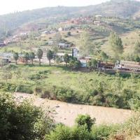 Au-delà de la Kanyaru, les bureaux de la douane rwandaise ©Iwacu