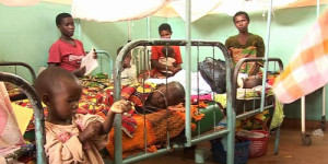 Au sein du service de la stabilisation nutritionnelle de Kirundo, quelques enfants sont nourris à l'aide de sérum ©Iwacu