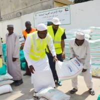 Cheik Omar Nshimirimana (en soutane blanche) en pleine distribution de l'aide ©Iwacu