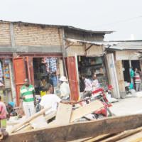 Début de remplacement des kiosques en planches par des kiosques en dur ©Iwacu