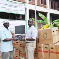 De gauche à droite, le secrétaire académique de l'Université Paix et Réconciliation et le porte-parole de l'AESAO à la remise du matériel ©Iwacu