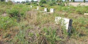 Le cimetière de Kinindo situé derrière le Centre Médico-chirurgical de Kinindo (CMCK). Il reste 418 tombes à déplacer ©Iwacu