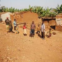 Les déguerpis de la colline Kididiri sont acculés à démolir eux-mêmes leurs maisons. La plupart dorment à la belle étoile dans un caféier ©Iwacu