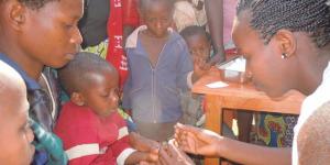 Les enfants en train de se faire dépister ©Iwacu