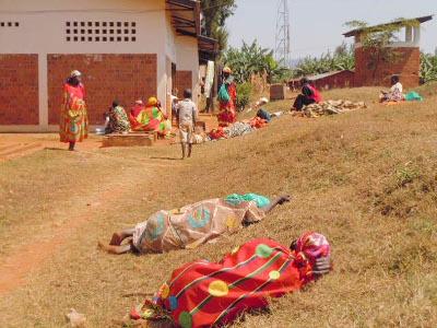 Les malades couchés sur le gazon en attendant qu'ils soient soignés ©Iwacu