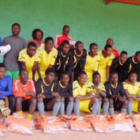 Les membres de l'équipe avec Sylvestre Ndayizeye et le président national de l'Académie Messager ©Iwacu