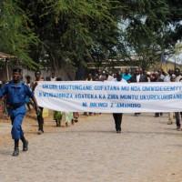 Marche de la paix des jeunes du vicariat de la région de l'imbo regroupant les paroisses de Buyengero, Murago, Minago, Rumonge et Kigwena dans les rues de la ville de Rumonge sous le thème: Vérité, justice,Tolérance,Solidarité, liberté, droits de l'homme et pardon qui sont des piliers de la paix  et cela à la veille des élections de 2015. ©Iwacu