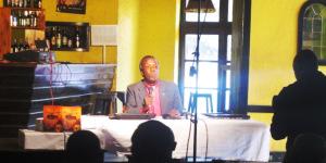 Monseigneur Justin Baransananikiye lors de la conférence de presse de présentation de son essai sur la musique burundaise ©Iwacu