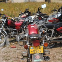 Mardi, 08 juillet 2014 - A Rumonge, après la saisi des motos qui transportent deux personnes en plus du conducteur, la police apprend le code de la route aux motards  ©F. N/Iwacu