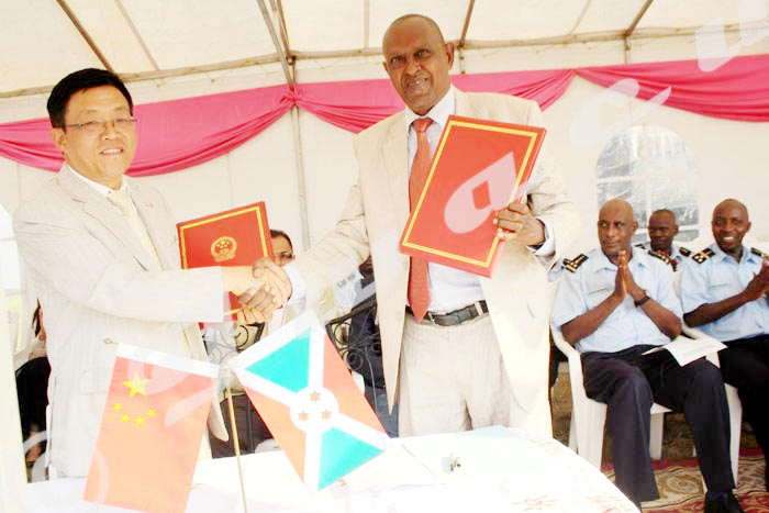 Poignée de main entre l'ambassadeur de Chine et le Général Jean Claver Gahungu, secrétaire permanent au ministère de la Sécurité Publique ©Iwacu