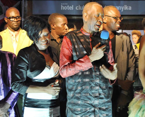 Tableau final du défilé, les stylistes posant avec les mannequins. Au premier plan, le couturier Pathe'O ... ©Iwacu