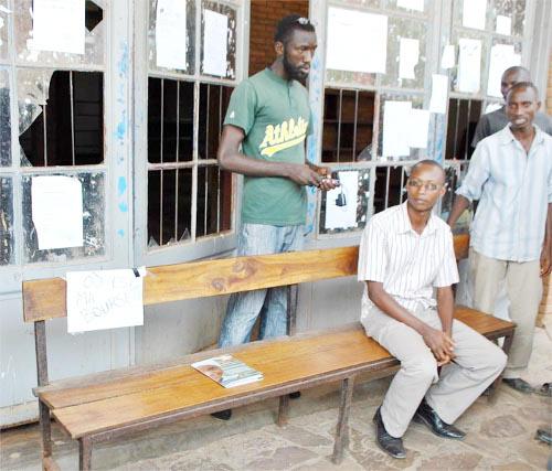 Un banc bloque l'entrée du réfectoire de 6h à 8h et de 11h à 14h ©Iwacu