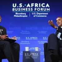 Barack Obama avec Takunda Ralph Michael Chingonzo du Zimbabwe, co-fondateur d'une start-up permettant l'accès gratuit à Internet, (5 août, à Washington) ©GettyImages