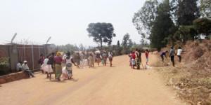Ces jeunes en train de travailler tout près de l'Ecole primaire Officiel ©Iwacu