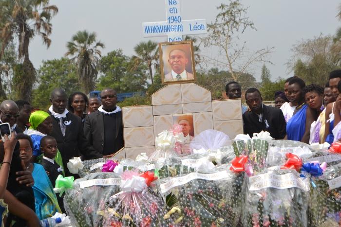 La famille s'est recueillie autour de la tombe après l'enterrement ©Iwacu