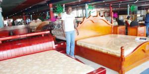 Denis Ciza  dans le showroom de Bujumbura (chez Siyoni) ©Iwacu