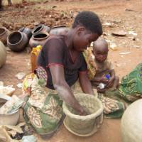 Domadesi Nzeyimana : « En un avant-midi, je peux fabriquer au moins dix marmites » ©Iwacu