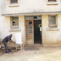 Dr Thierry Ntunzwenimana se désinfecte les mains après une visite aux malades du choléra ©Iwacu