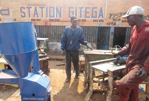 Le bricoleur de Gitega dans son atelier ©Iwacu