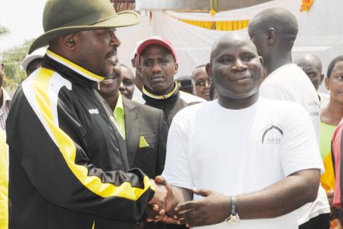 Le président de la République du Burundi serre la main à Bucumi Samuel, l'opérateur économique qui a pris l'initiative de construire ce marché ©Iwacu
