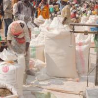 Quelques uns des vendeurs de farine ©Iwacu