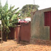 Un des hôtels du quartier Nyamugari perquisitionné par ces policiers ©Iwacu