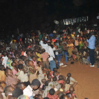 Une foule attentive durant la projection a Rugombo ©Iwacu