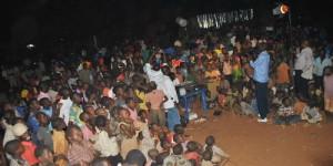Une foule attentive durant la projection a Rugombo ©Iwacu