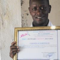 Alexis Nibasumba brandit le certificat d'honneur lui décerné ce dimanche par l'association Espoir pour la promotion du leadership (E.L.P) ©Iwacu