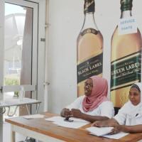 Deux professionnels de santé à l'aéroport ©Iwacu