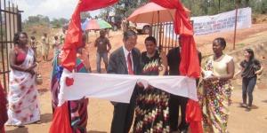L'ambassadeur du Japon au Burundi coupe le ruban lors d'inauguration du centre de santé de l'ABUBEF ©Iwacu