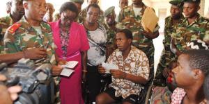 Les militaires de l'AMISOM avec les détenus libérés au P. Régent Charles Iwacu