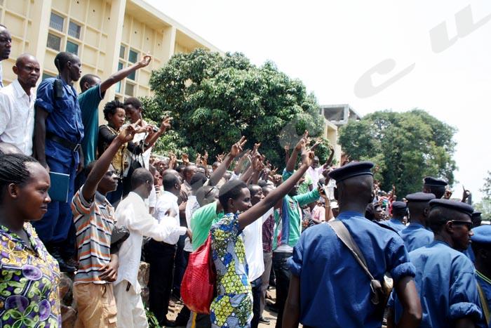 Lundi, 22 septembre 2014 - Le « V » de la victoire des militants du parti MSD venus soutenir 49 des leurs qui comparaissaient devant la cour d'Appel de Bujumbura ce lundi 22 septembre. Toutefois, le procès a été remis au 27 octobre  ©P.N/Iwacu