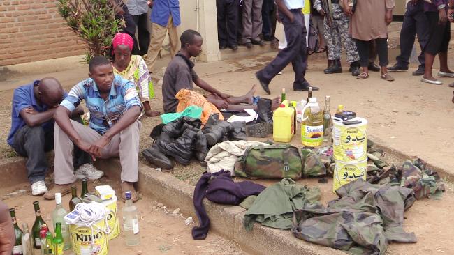 Quelques membres de la bande avec des objets saisis ©Iwacu