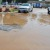 Les véhicules essayent d'éviter le nid-de-poule remplit d'eau ©Iwacu