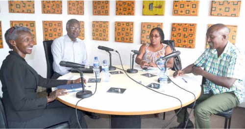 De gauche à droite Marie Müque Kigoma, Mathias Sinamenye, Elyse Ngabire (journaliste) et Pierre Claver Nduwumwami ©Iwacu