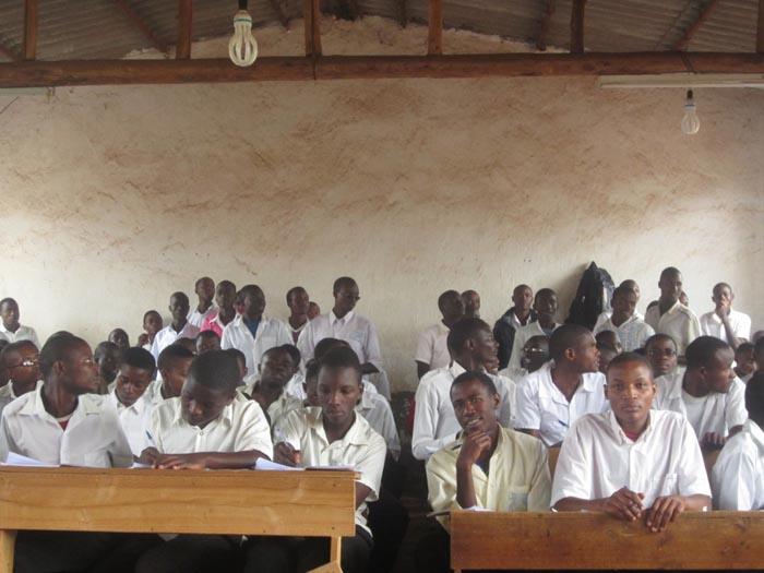Dans la classe de 3ème à l'Ecole technique secondaire de Kwibuka, certains élèves suivent les cours debout  ©Iwacu